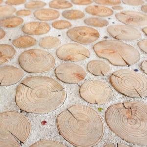 土間_木材をひとつひとつ丁寧に埋め込んでいます